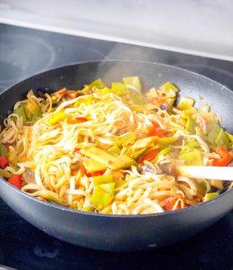 Fertige Gemüsepfanne mit Nudeln